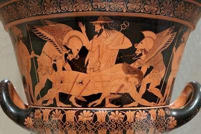 Αρχαϊκή απεικόνιση του θανάτου του Σαρπηδόνα, με την ψυχή του νεκρού να φεύγει για τον Άδη ως είδωλο, μικροσκοπικό του ομοίωμα, τη στιγμή που τον σηκώνουν ο Ύπνος και ο Θάνατος