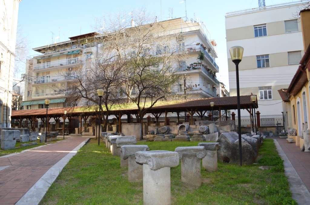 Στο προαύλιό του φυλάσσεται πλούσια συλλογή μαρμάρινων γλυπτών της Ρωμαϊκής εποχής και των πρωτοχριστιανικών χρόνων (σαρκοφάγοι, επιτύμβια, ανάγλυφα, τιμητικές και ταφικές στήλες κ.λ.π.) από ολόκληρη τη Θεσσαλονίκη.