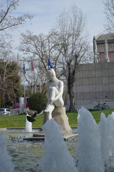 Θεσσαλονίκη - Λευκός Πύργος. Άγαλμα γυναίκας σε σιντριβάνι