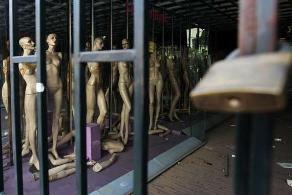 Kλειστό εξαιτίας της οικονομικής κρίσης κατάστημα ρούχων στην οδό Σταδίου, Αθήνα, Παρασκευή 1 Φεβρουαρίου 2013. ΑΠΕ-ΜΠΕ/ΑΠΕ-ΜΠΕ/ΟΡΕΣΤΗΣ ΠΑΝΑΓΙΩΤΟΥ