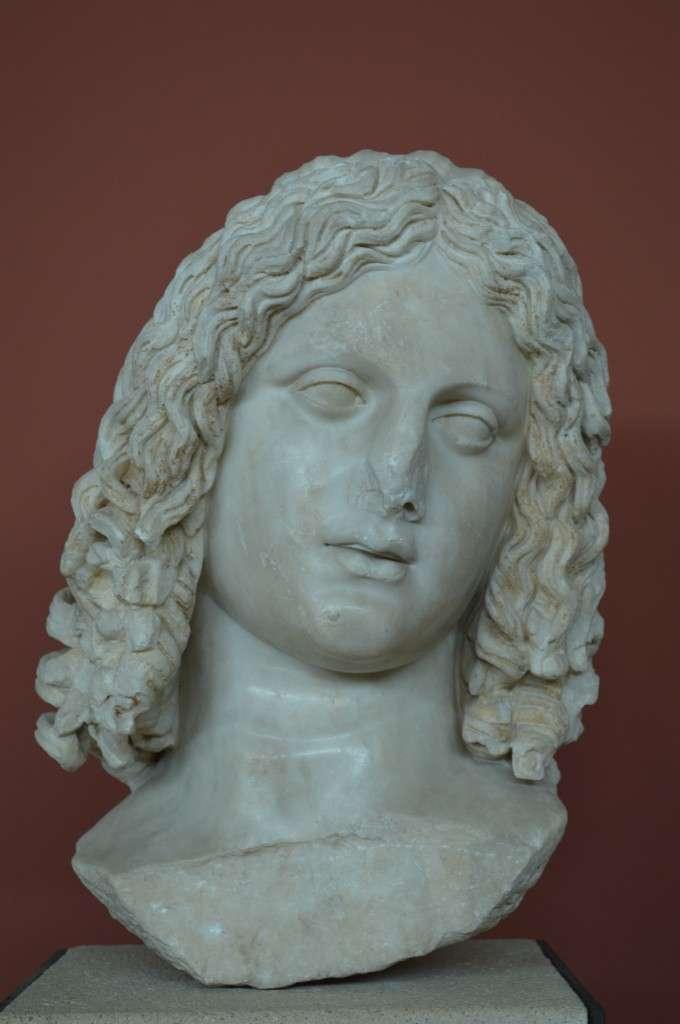 Κεφάλι που έχει ερμηνευτεί ως πορτρέτο του Αλεξάνδρου. Ίσως σχετίζεται με το λατρευτικό σύνταγμα της οικογένειας του Μ.Αλεξάνδρου (175-200μ.Χ.). Αρχαιολογικό Μουσείο Θεσσαλονίκης