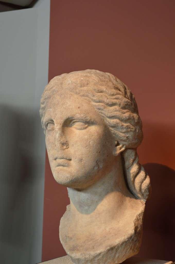Κεφάλι από λατρευτικό άγαλμα της Ίσιδας. Αρχαιολογικό Μουσείο Θεσσαλονίκης. Αρχές 3ου αιώνα π.Χ.