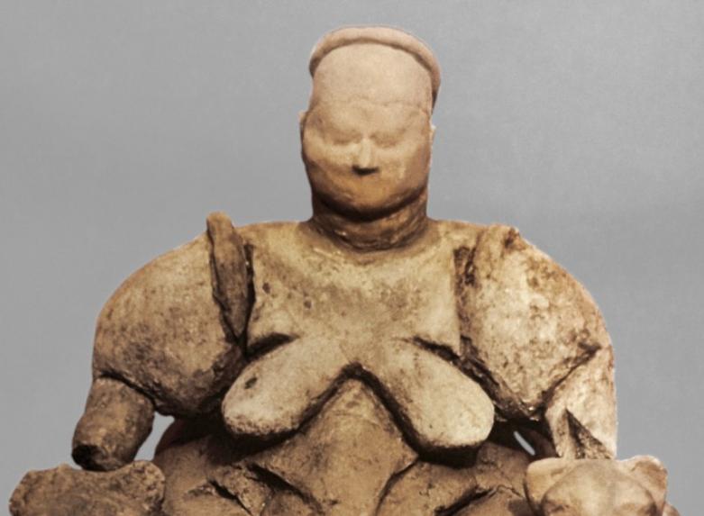 ειδώλιο Μητέρας Θεάς από νεολιθικό ιερό στο Catal Huyuk Ανατολίας (η γυναίκα εικονίζεται ανάμεσα σε αιλουροειδή τη στιγμή που γεννάει)