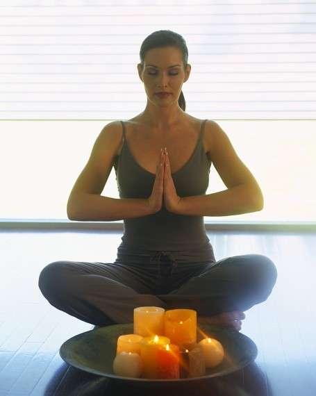 Ένα τυπικό μάθημα περιλαμβάνει αρχική χαλάρωση, πρακτικές για το σώμα (asanas), έλεγχο της αναπνοής (pranayama) και διαλογισμό (dhyana).