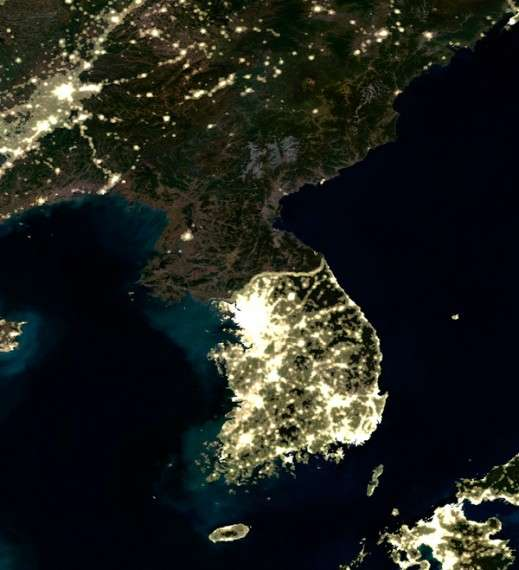 Η παρακμή και η υπανάπτυξη είναι προφανής σε δορυφορικές φωτογραφίες της ΒΚ, όπου φαίνεται ολόκληρη η χώρα στο σκοτάδι