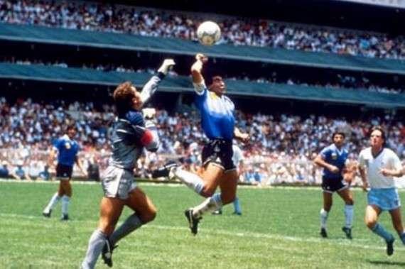 Ο Μαραντόνα βάζει με το χέρι το γκολ στους Εγγλέζους