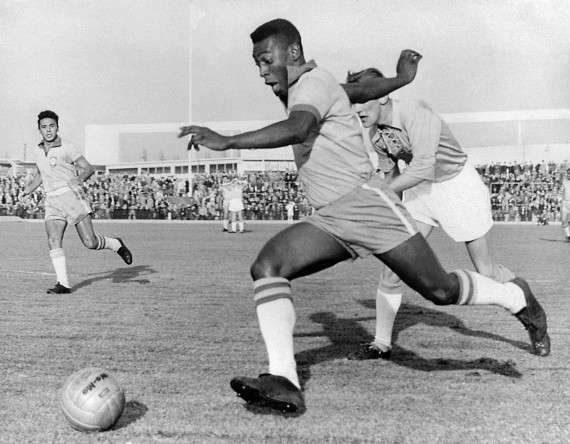 Ο Έντσον Αράντες ντο Νασιμέντο (Edison Arantes do Nascimento), γνωστός ως Πελέ (Pelé), γεννήθηκε στις 23 Οκτωβρίου 1940 στην πόλη Τρες Κορασόες της Βραζιλίας και είναι πρώην διεθνής ποδοσφαιριστής.