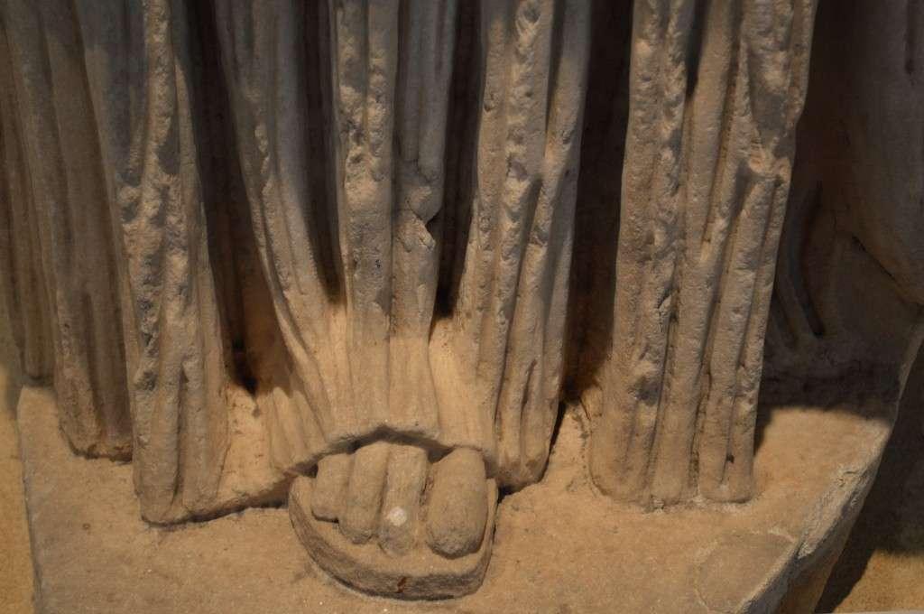 """Ακέφαλο άγαλμα της «Μεγάλης Ηρακλειώτισσας» - Αρχαιολογικό Μουσείο Θεσσαλονίκης. Headless statue of the """"Great Heraclea"""" - Archaeological Museum of Thessaloniki"""