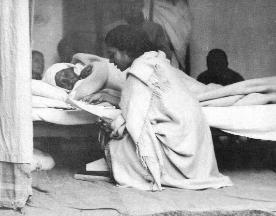 Για να σταματήσουν οι εχθροπραξίες μεταξύ Μουσουλμάνων-Ινδουιστών ο Γκάντι έκανε νηστεία, τη «χειρότερη μορφή εκβιασμού», όπως τη χαρακτήρισε ο ίδιος.