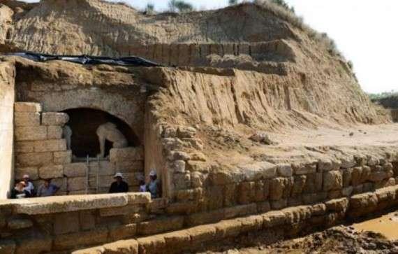 Η είσοδος του τάφου με τις Σφίγγες