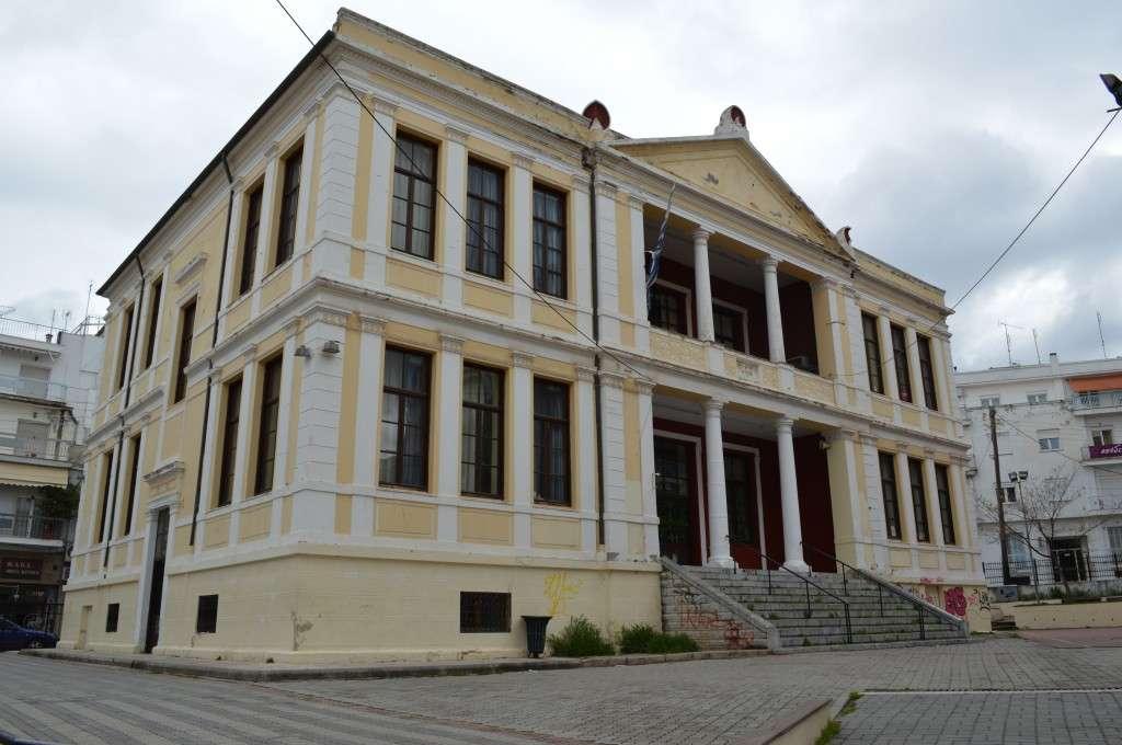 """Κτίριο των αρχών του 20ου αιώνα στην Κοζάνη. Σήμερα στεγάζει το Δημοτικό σχολείο """"Χαρίσιος Μούκας""""."""