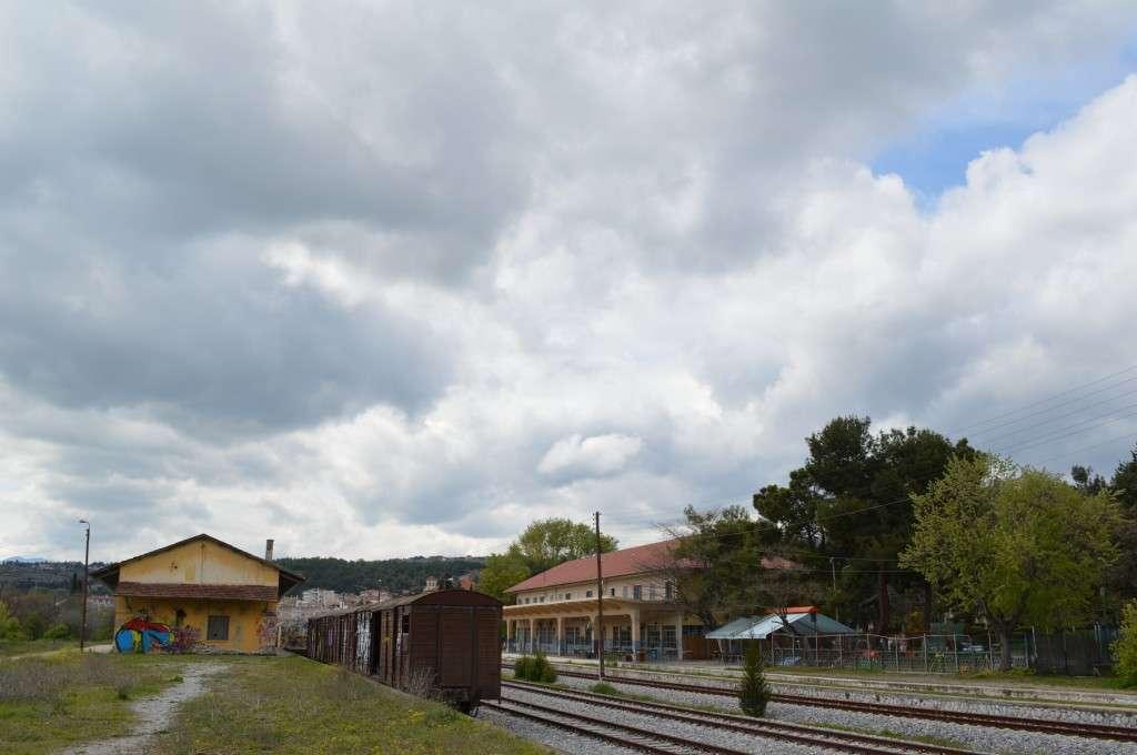 """Η περιοχή του Σιδηροδρομικού Σταθμού Κοζάνης, σήμερα, κοντά στον ναό του Αγίου Αθανασίου. Εκεί κοντά βρισκόταν κι η συνοικια """"Γύφτικα"""" ή """"Τρανή αυλή"""", όπως την αποκαλούσαν ειρωνικά οι Κοζανίτες."""