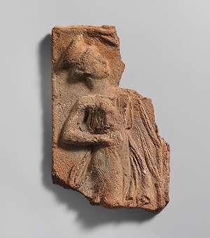 Ανάγλυφη πλάκα από την Πραισό Σητείας του 5ου αιώνα π.Χ., με απεικόνιση χορού καλαθίσκου.