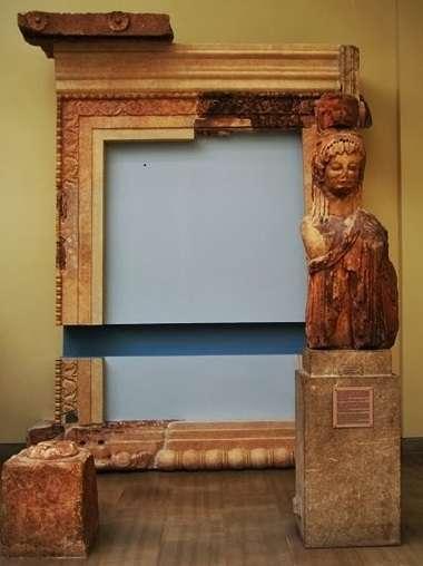 Τμήμα καρυάτιδας από το θησαυρό των Σιφνίων στους Δελφούς, του 6ου αιώνα π.Χ.
