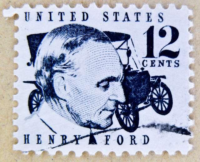 Η μαζική παραγωγή, βέβαια, την οποία πέτυχε ο Φόρντ, απαιτούσε και μαζική κατανάλωση. Το 1929 χρεοκόπησε ο άγριος καπιταλισμός και δεν είναι τυχαίο ότι επιβίωσαν μόνο τρεις αυτοκινητοβιομηχανίες. Η Ford, η Chrysler και η General Motors.  Αγγλικό γραμματόσημο με τον Χένρυ Φορντ
