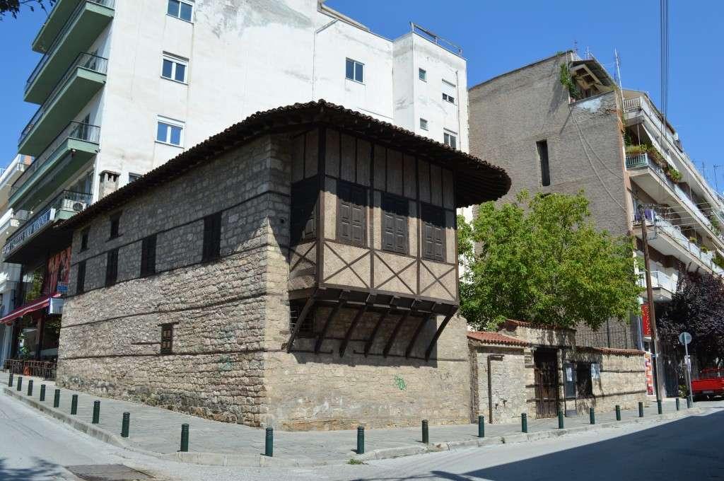 Το αναπαλαιωμένο αρχοντικό Λασσάνη, στην ομώνυμη πλατεία της Κοζάνης. Αξίζει να σημειώσουμε ότι το κτίριο δεν είναι πολυτελές αλλά κυρίως οχυρό.