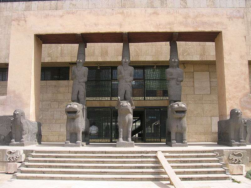Πρόσοψη του Αρχαιολογικού Μουσείου στο Χαλέπι της Συρίας, που αναπαριστά την είσοδο στο ανάκτορο Tell Nalaf του 9ου αιώνα π.Χ.