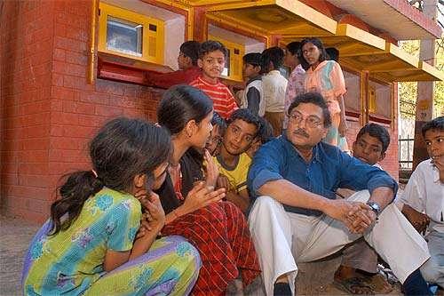 Ο Σουγκάτα Μίτρα εφαρμόζει το πρόγραμμά του «Μια τρύπα στον τοίχο»