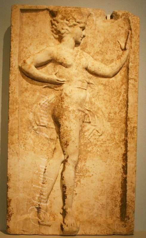 Ρωμαϊκά αντίγραφα νεοαττικών ανάγλυφων πλακών του τέλους του 5ου αιώνα π.Χ. Εικονίζουν νέες με καλαθίσκο που χορεύουν. Τα πρωτότυπα ίσως ήταν έργα του Καλλιμάχου.