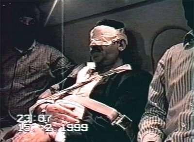 Ο Οτσαλάν οδηγείται από την Κένυα στην Τουρκία μετά την σύλληψη του από την ΜΙΤ.