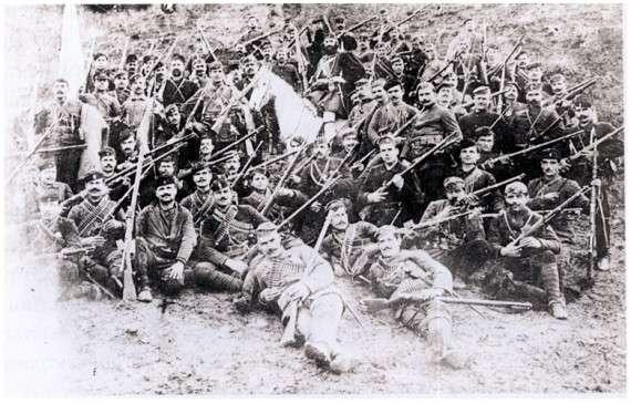 φωτογραφία: Ο καπετάν Γιαγλής πάνω στο άλογο και οι Πρόσκοποι στη περιοχή της Νιγρίτας το 1912