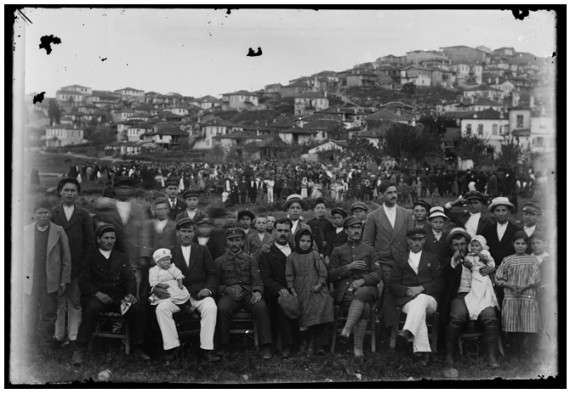 Η Ιερισσός και Ιερισσιώτες την δεκαετία του 1910. Φωτογραφία του π. Ιουστίνου