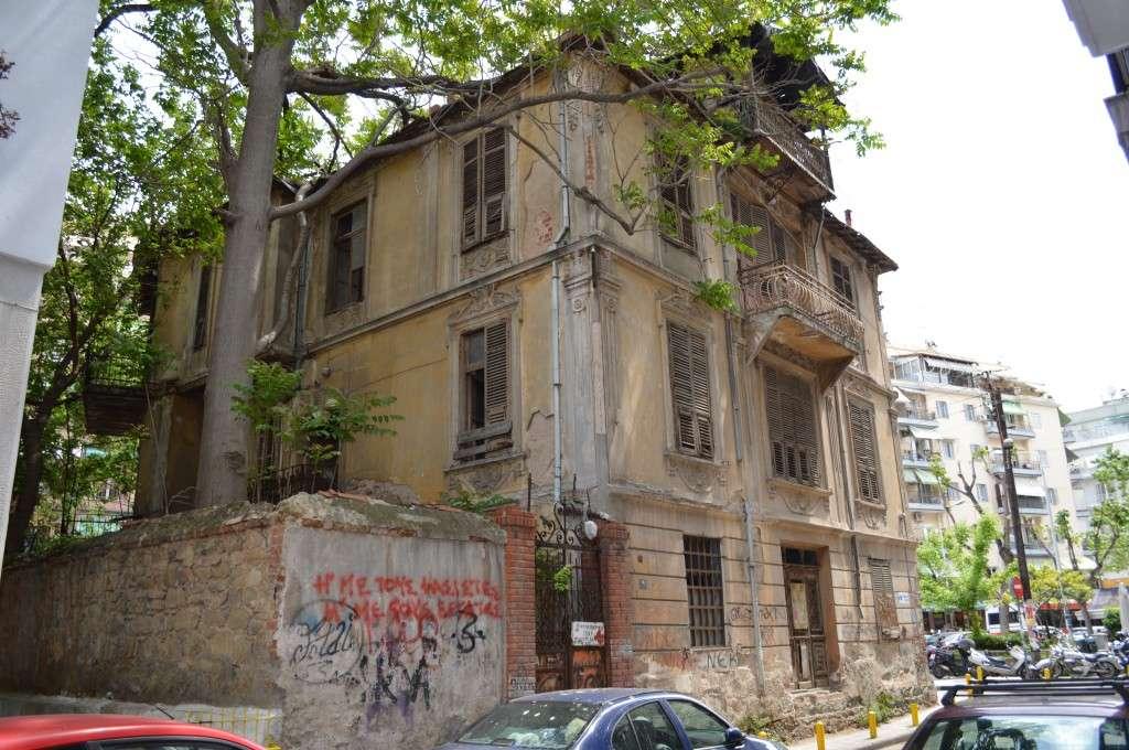 Ερειπωμένη βίλα στην οδό Κωνσταντινουπόλεως, 200 περίπου ν. από το Γενί Τζαμί. 2014