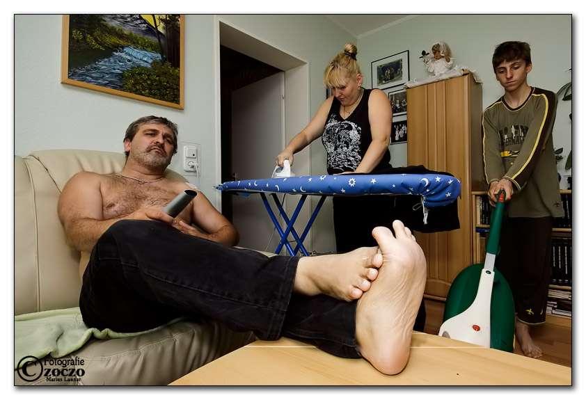 Ο τεμπέλης οικογενειάρχης που αφήνει τα παιδιά του στο έλεος της μοίρας προκειμένου να μη δουλέψει είναι πρωτίστως ανεύθυνος.
