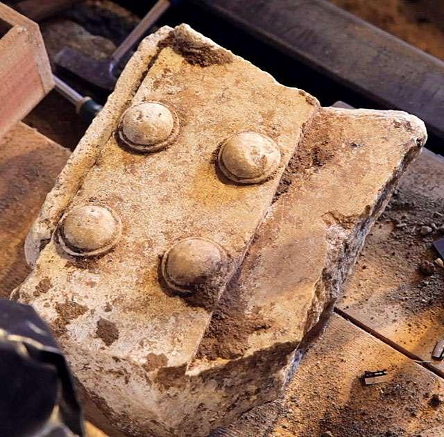 Με την αφαίρεση των χωμάτων, χτες, αποκαλύφθηκαν τμήματα από μαρμάρινη θύρα, της τυπικής μορφής των μακεδονικών τάφω