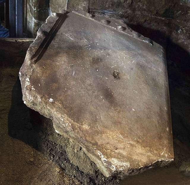 Επίσης, αποκαλύφθηκε το βόρειο τμήμα του μαρμάρινου κατωφλίου, το οποίο έχει συνολικά μήκος 2,15μ. πλάτος 1,6μ. και πάχος 0,25μ.