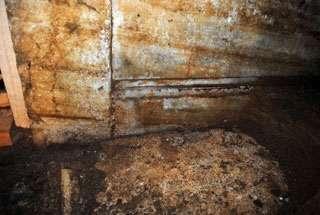 Τις επόμενες ημέρες έχει προγραμματιστεί η αφαίρεση πεσμένων πωρόλιθων από το εσωτερικό του τρίτου χώρου καθώς και των τμημάτων της θύρας τα οποία περιγράψαμε.