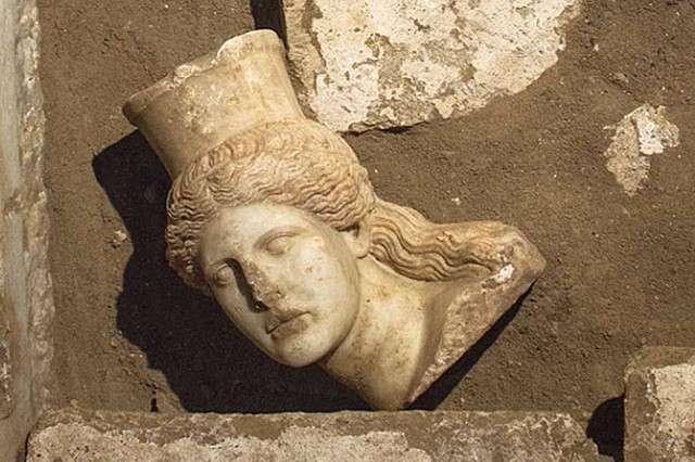 «Πού, άραγε, θάφτηκαν ο ίδιος ο Κάσσανδρος (πέθανε στα 297 π.Χ.) και η σύζυγός του, Θεσσαλονίκη; Νομίζω ότι είναι πολύ πιθανόν ο οικιστής -που είχε, μάλιστα, καταλάβει την Αθήνα και είχε γνωρίσει το κτιριακό μεγαλείο της- να ανέγειρε μεγαλοπρεπές, για την οικογένειά του, μαυσωλείο στην Αμφίπολη»
