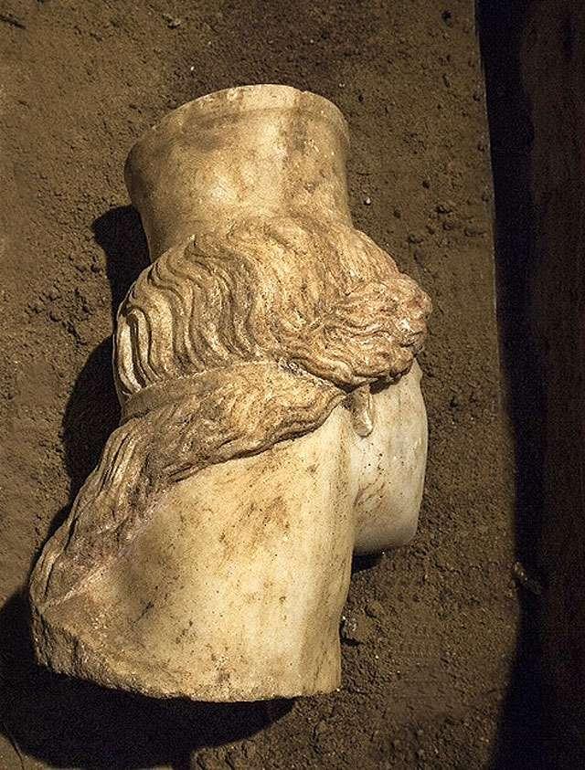 Το κεφάλι ταυτίζεται και αποδίδεται στον κορμό της ανατολικής Σφίγγας, όπου ήταν ένθετο. Στρέφεται προς την είσοδο και φέρει πόλο.