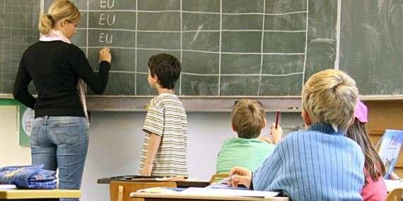 Ο εκπαιδευτικός μπορεί να υποβάλλει και όποια επιπλέον συνοδευτικά έγγραφα θέλει στον αξιολογητή του, όπως π.χ. μεταπτυχιακό ή ό,τι άλλο κρίνει απαραίτητο, αλλά αυτό δεν θα είναι δεσμευτικό για τον αξιολογητή. Κάθε εκπαιδευτικός έχει δικαίωμα να αξιολογεί τον προϊστάμενο αξιολογητή του εγγράφως και επωνύμως.