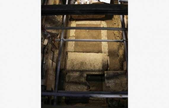 Εντός του τάφου δημιουργήθηκε μια επιμήκης βάθυνση πλάτους 0,54μ.και μήκους 2,35 μ.