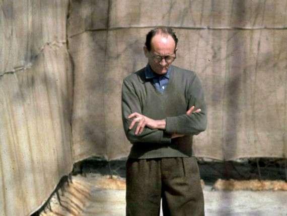 Ο Adolf Eichmann εν αναμονή της δίκης του, το 1961, μετά τον εντοπισμό του από μέλη της Μοσάντ στην Αργεντινή (καταδικάστηκε σε θάνατο και εκτελέστηκε το 1962).