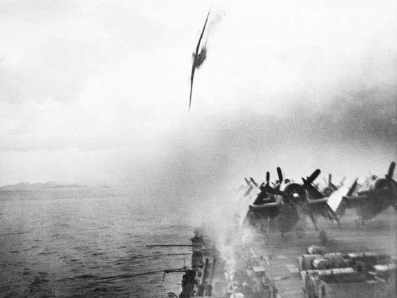 Ένας πιλότος ορμάει στο ήδη χτυπημένο από καμικάζι USS Sangamon, αλλά αστοχεί και πέφτει στη θάλασσα λίγες στιγμές μετά. – 4 Μαΐου 1945