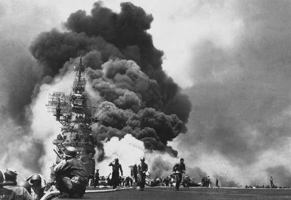 Φλόγες στο κατάστρωμα του USS Bunker Hill, μετά από διπλό χτύπημα καμικάζι μέσα σε 30 δευτερόλεπτα. Πέθαναν 346 – 11 Μαΐου 1945