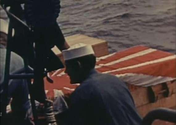 Πολλές φορές οι Αμερικάνοι μπορούσαν να ανασύρουν το πτώμα του Ιάπωνα πιλότου από τα συντρίμμια, και του προσέφεραν στρατιωτική ταφή στη θάλασσα.
