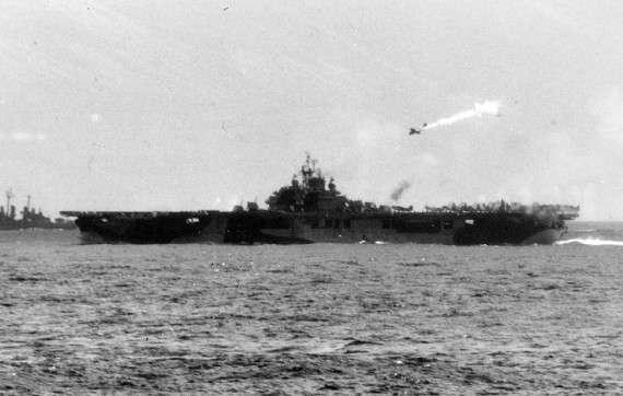 Ένας χτυπημένος καμικάζι, λίγες στιγμές πριν πέσει πάνω στο USS Essex (βίντεο εδώ) – 25 Νοεμβρίου 1945