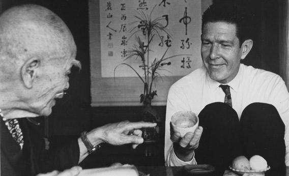 Ο συνθέτης John Cage είναι ένας από τους πολλούς διανοούμενους που συνάντησαν, άκουσαν και επηρεαστήκαν από τον Σουζούκι. Άλλοι ήταν ο Έριχ Φρομ, ο Άλαν Γουάτς και ο Χιούστον Σμιθ.