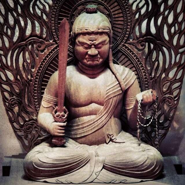 Αυτό το σπαθί θα σκίσει την αυταπάτη του «εαυτού» και τον λαιμό των εχθρών ου Βούδα. Άγαλμα της θεότητας Acala, που αντιπροσωπεύει την ισορροπία και το ακλόνητο μυαλό.