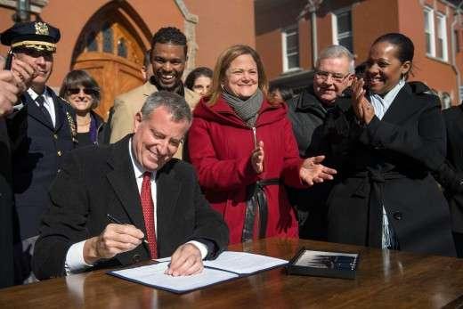 Η υπογραφή του νέου νόμου από τον Δήμαρχο της Νέας Υόρκης.