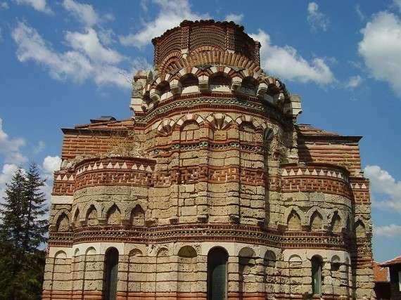 Σβάστικες στην Εκκλησία του Χριστού Παντοκράτορα (13ος-14ος αιώνας) στο Νεσεμπάρ Βουλγαρίας.