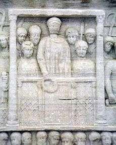 Ο Θεοδόσιος προσφέρει δάφνινο στεφάνι στον νικητή. Βαθύ ανάγλυφο στη βάση του οβελίσκου του ιππόδρομου (Κωνσταντινούπολη)