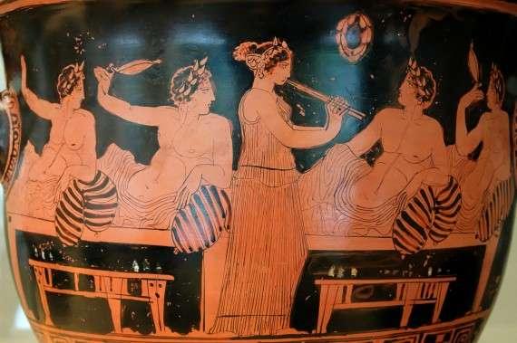 Αυλήτρια ψυχαγωγεί άνδρες σε συμπόσιο (420 π.Χ.)