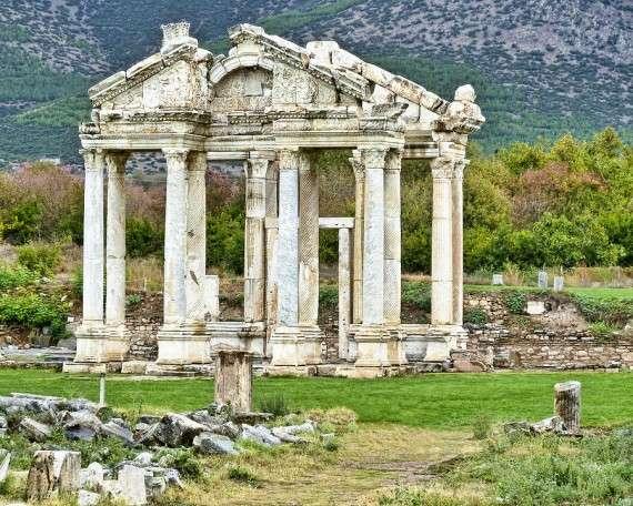 Τετράπυλο εισόδου στο Ναό της Αφροδίτης, στην αρχαία «Ἀφροδισιάς», Τουρκία.
