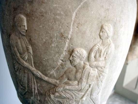 Λήκηθος με τον Λύσι καθιστό, στο Αρχαιολογικό Μουσείο Πειραιά