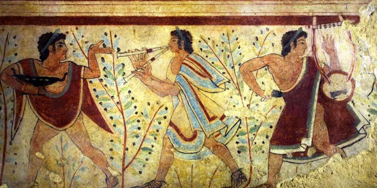 Οι Ετρούσκοι ήταν άνθρωποι χαρούμενοι που απολάμβαναν τη ζωή τους, ίσως και γι' αυτό να έχασαν τελικά τον πόλεμο από τους αυστηρούς και μελαγχολικούς Ρωμαίους. Από τα αγγεία τους διαπιστώνουμε πως ήταν καλοντυμένοι, με χιτώνες που τους αντέγραψαν οι Ρωμαίοι, είχαν μακριά μαλλιά με βοστρυχωτά γένια, κοσμήματα στους καρπούς, στο λαιμό, στα δάχτυλα και πάντα έτοιμοι να πιουν, να φάνε και να κουβεντιάσουν.