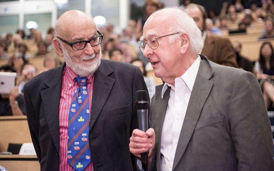Ο Φρανσουά Εγκλέρ (αριστερά) με τον Πίτερ Χιγκς (δεξιά), την ημέρα ανακοίνωσης των αποτελεσμάτων από τα πειράματα στον επιταχυντή LHC στο CERN, τα οποία επιβεβαίωσαν τον μηχανισμό δημιουργίας μάζας που είχαν προτείνει ανεξάρτητα οι δύο φυσικοί από τη δεκαετία του 1960